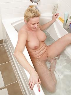 MILF Bathroom Pics